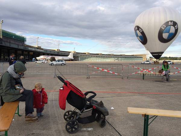Tempelhof: Julie loves this big balloon