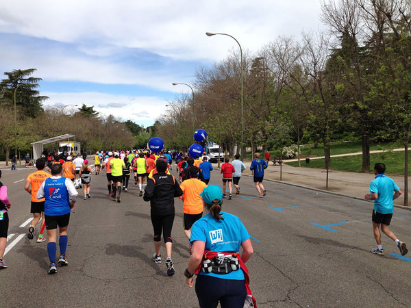 The 4:30 pace makers (blue balloons) and a rock band to the left
